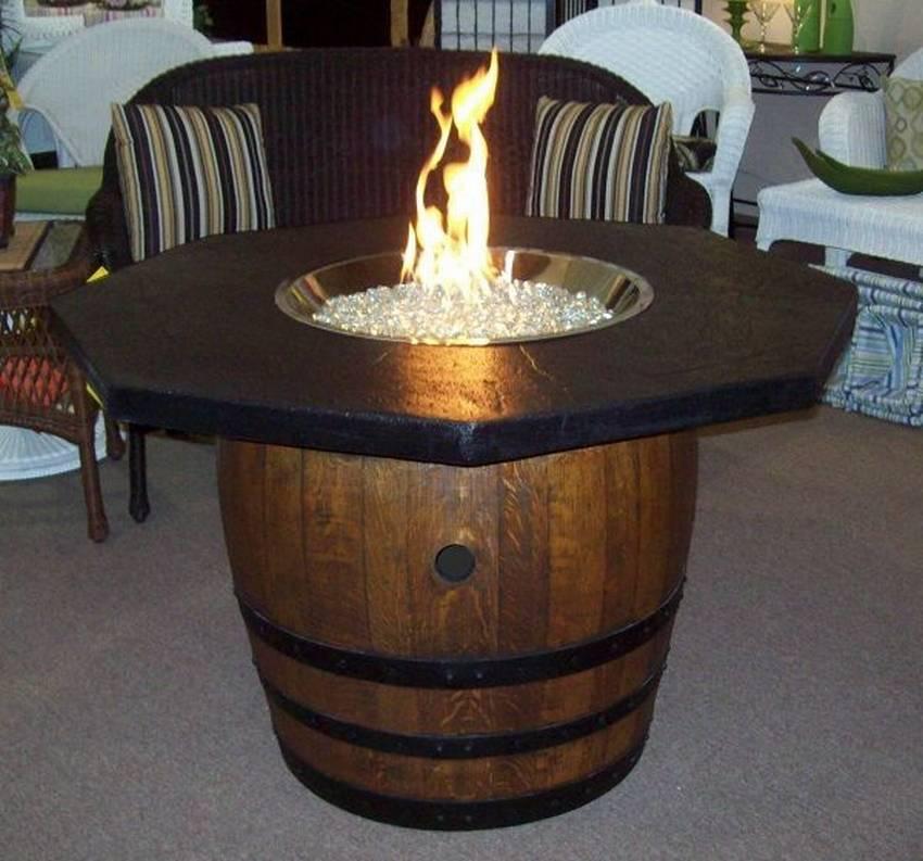 Стол из деревянной бочки со стеклянной столешницей с огнём