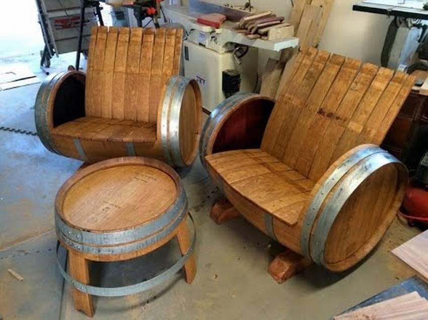 Скамейка из винной деревянной бочки