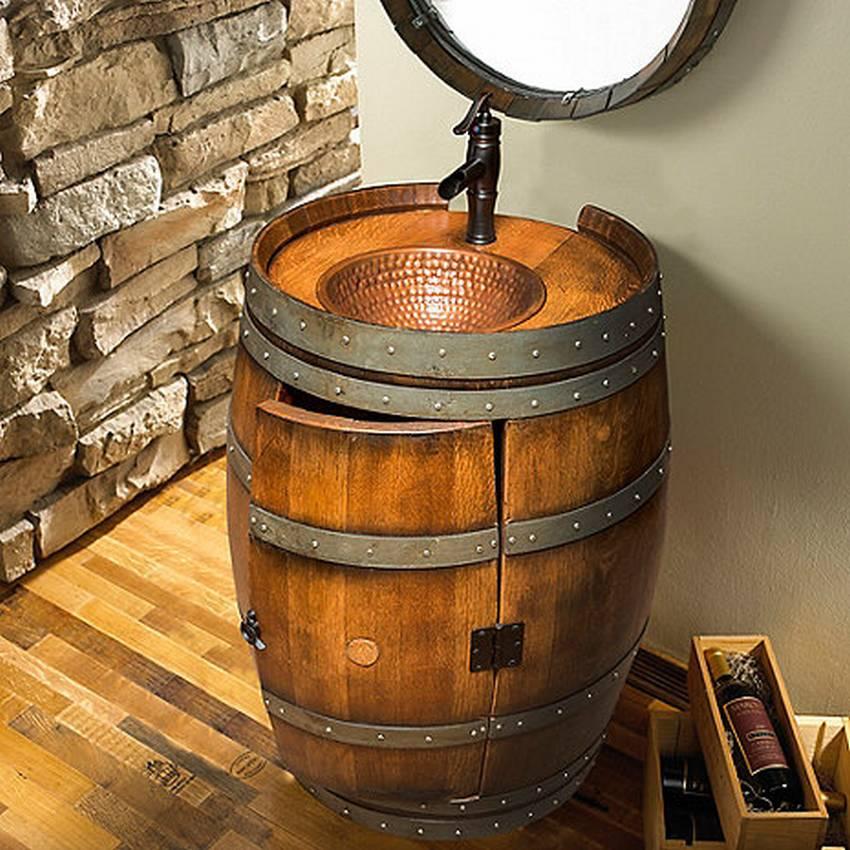умывальник и раковина из деревянной бочки в квартире