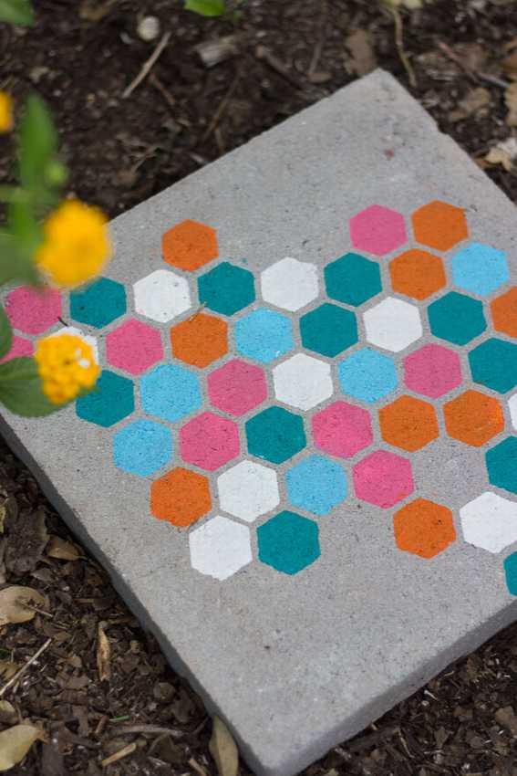 Садовая дорожка из бетона с трафаретом
