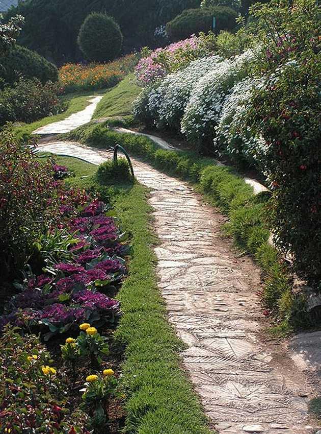 Садовая дорожка из бетона с отпечатками