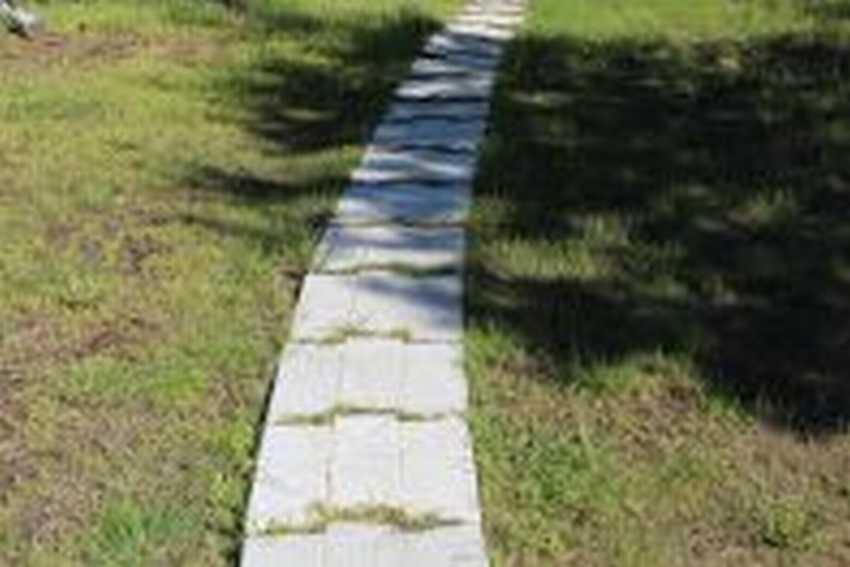 Дорожка из бетона в виде тротуара
