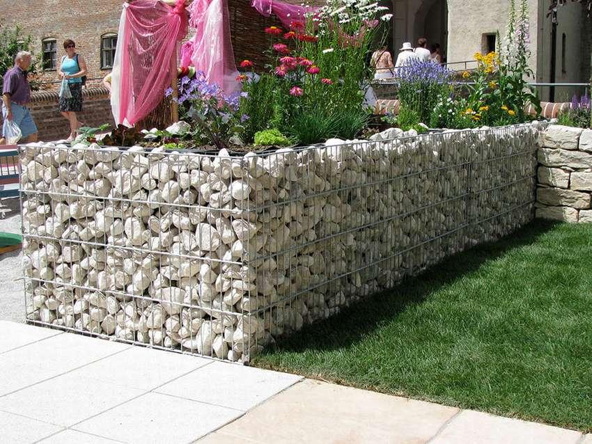 декоративный забор из камней на даче фото мужчины