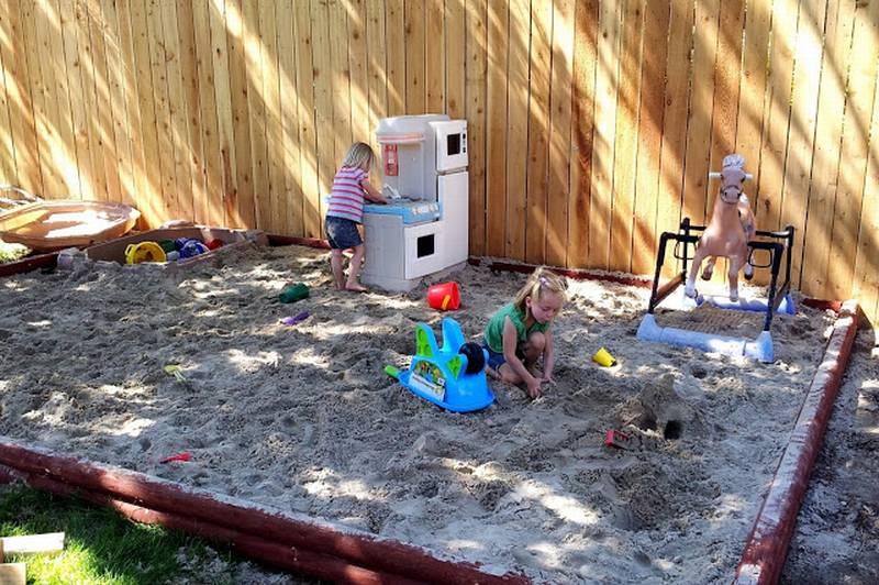 песочница из бревен на штырях