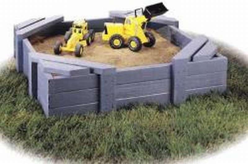 простая песочница с сиденьем на углах
