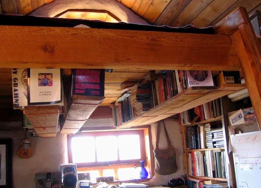 Книжная полка под потолком