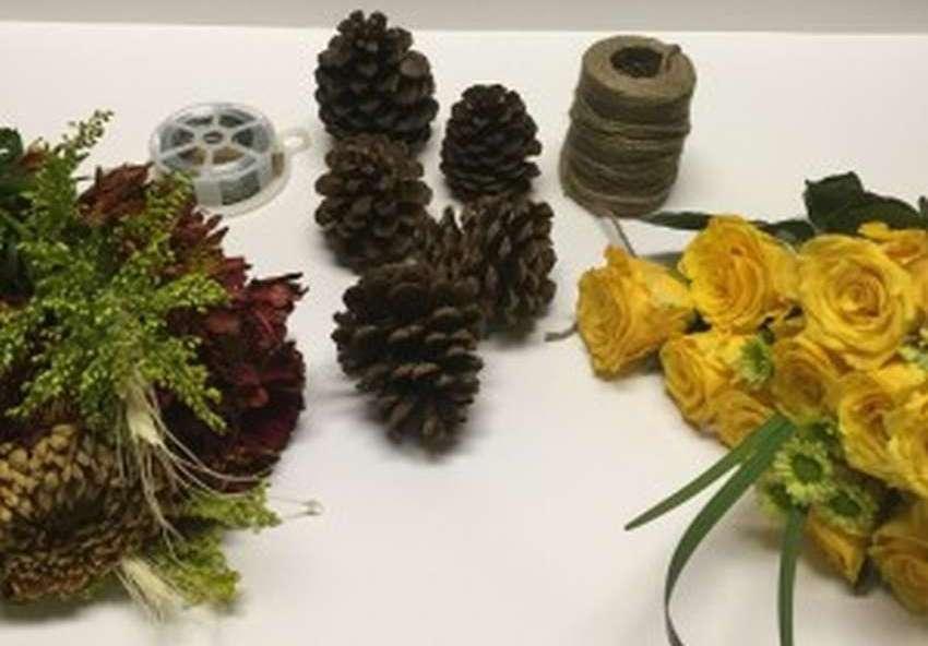 букет из шишек с цветами