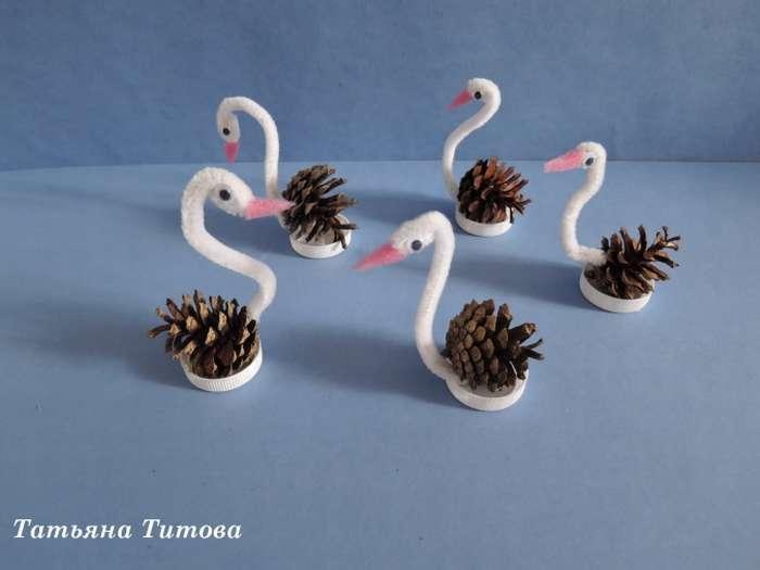 Картинка из шишек лебедь на озере