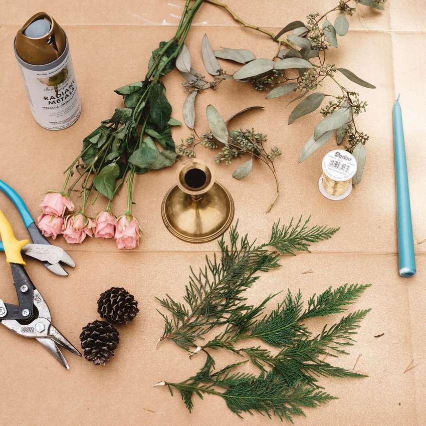 композиция из шишек и цветов