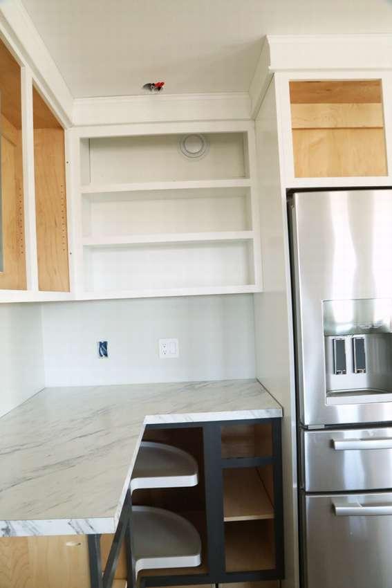 кухонный открытый шкаф с полками